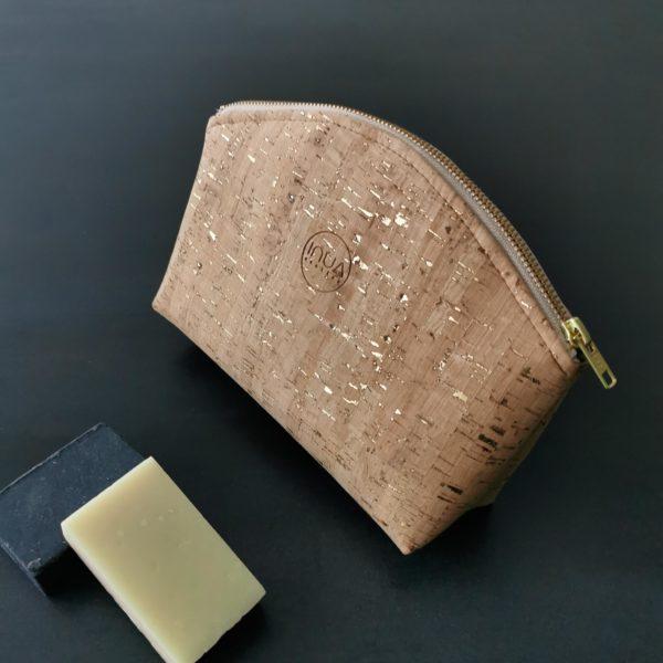 grande trousse zippée demi-lune vegan en liège naturel doré doublée lin de l'atelier inua
