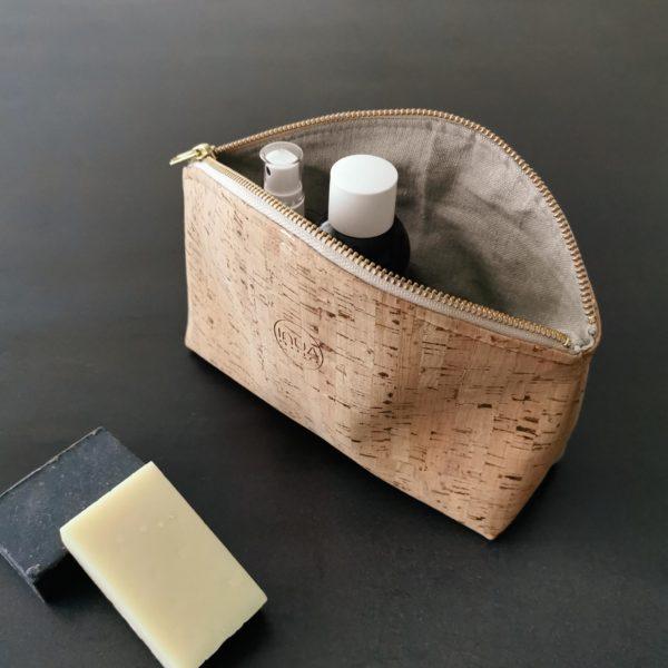 grande trousse zippée demi-lune vegan en liège naturel doublée lin de l'atelier inua