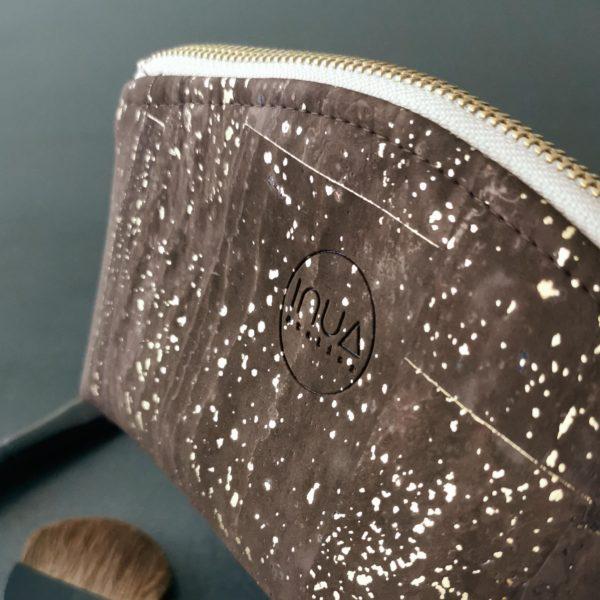 petite trousse zippée demi-lune vegan en liège marron doré doublée lin de l'atelier inua