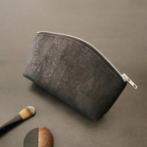 petite trousse demi-lune vegan en liège noir de l'atelier inua