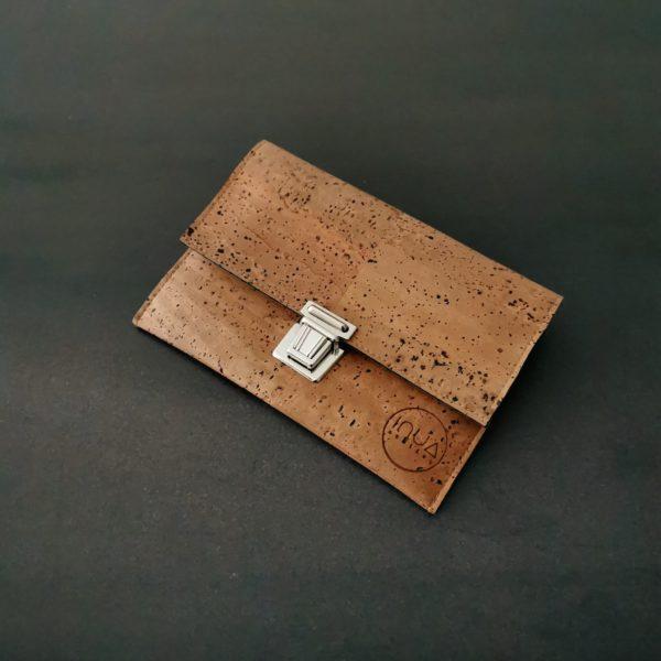 pochette vegan en liège marron clair de l'atelier inua