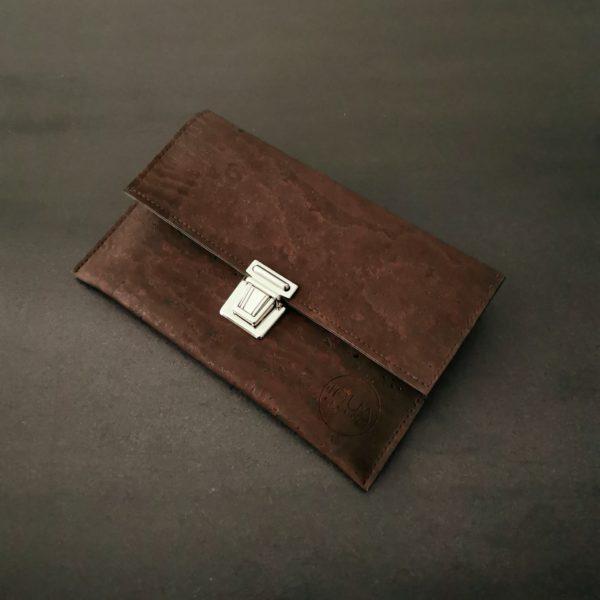 pochette cartable vegan en liège marron de l'atelier inua
