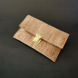pochette cartable vegan en liège naturel doré de l'atelier inua