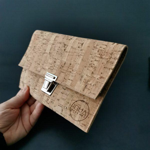 pochette cartable vegan en liège naturel de l'atelier inua