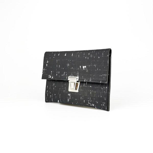 pochette cartable vegan en liège noir argenté de l'atelier inua