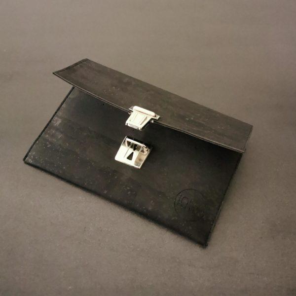 pochette cartable vegan en liège noir de l'atelier inua