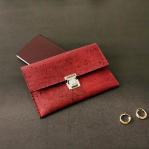 pochette cartable vegan en liège rouge de l'atelier inua