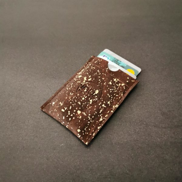 porte-carte vegan en liège marron doré de l'atelier inua