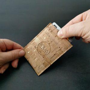 porte-carte vegan en liège naturel doré de l'atelier inua