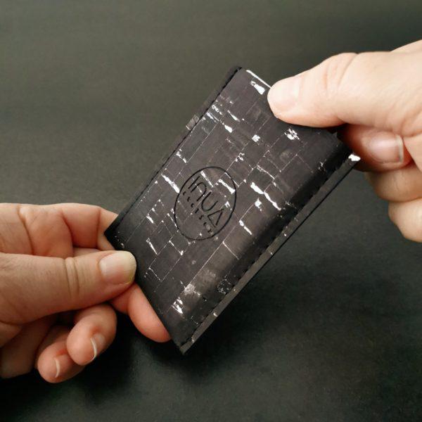 porte-carte vegan en liège noir argenté de l'atelier inua