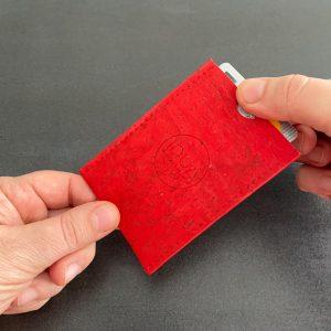 porte-carte vegan en liège rouge cerise de l'atelier inua