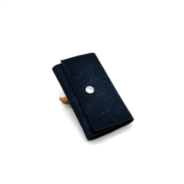 porte-clé vegan en liège bleu marine de l'atelier inua