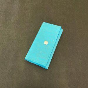 étui porte-clés vegan en liège bleu lagon fermé avec un bouton pression