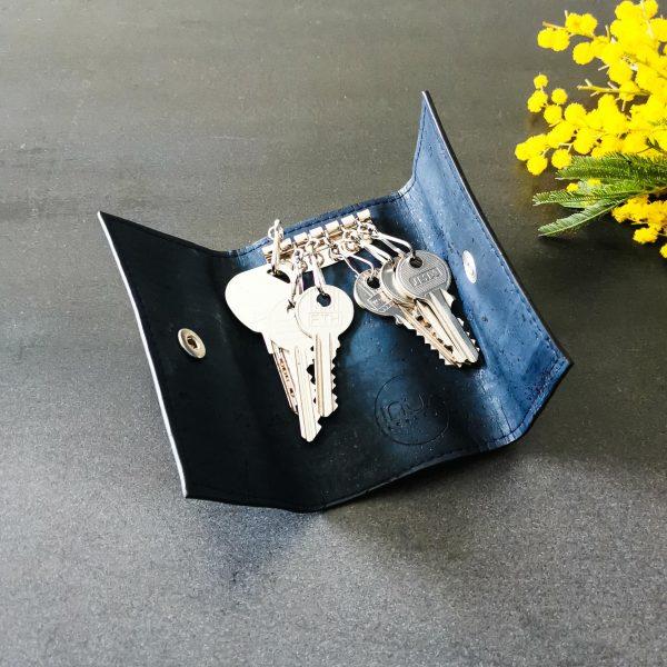 Etui porte-clés vegan en liège bleu marine ouvert avec six clés