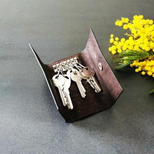 Etui porte-clés vegan en liège marron ouvert avec six clés