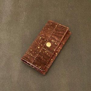 étui porte clés vegan en liège marron avec des paillettes or fabriqué par l'atelier inua