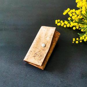 Etui porte-clés vegan en liège naturel fermé avec un bouton pression