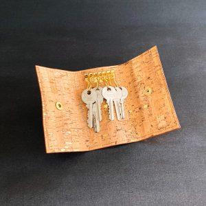 étui porte clés vegan en liège naturel avec des paillettes or fabriqué par l'atelier inua