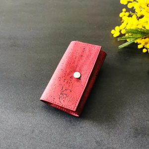 Etui porte-clés vegan en liège rouge fermé avec un bouton pression
