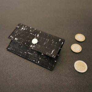 porte-monnaie vegan en liège noir argenté de l'atelier inua
