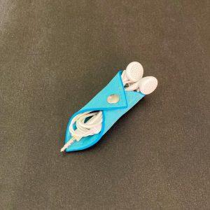 range-écouteurs vegan en liège bleu lagon de l'atelier inua