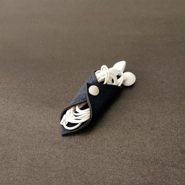 range-écouteurs vegan en liège bleu marine de l'atelier inua