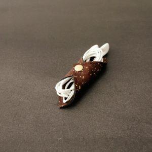 range-écouteurs vegan en liège marron doré de l'atelier inua