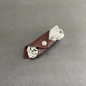 range-écouteurs vegan en liège marron de l'atelier inua