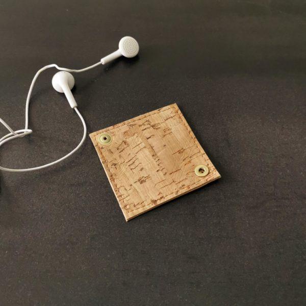 range-écouteurs vegan en liège naturel doré de l'atelier inua