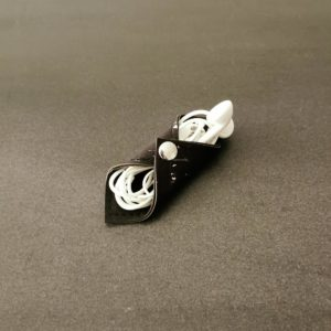 range-écouteurs vegan en liège noir argenté de l'atelier inua