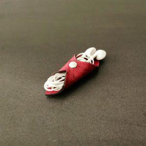 range-écouteurs vegan en liège rouge de l'atelier inua