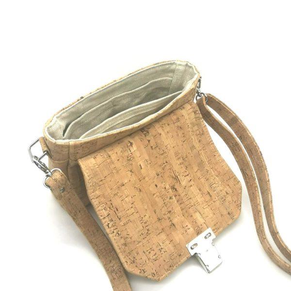sac à main vegan en liège naturel avec fermoir cartable de l'atelier inua ouvert