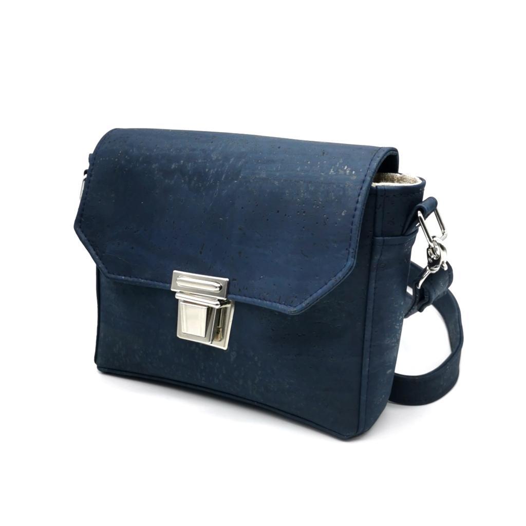 sac à main vegan en liège bleu marine de l'atelier inua avec fermoir cartable
