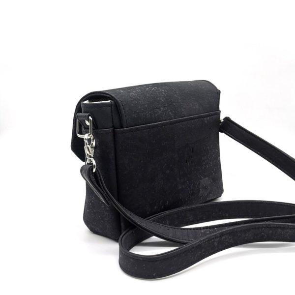 sac à main vegan en liège noir de l'atelier inua avec fermoir cartable