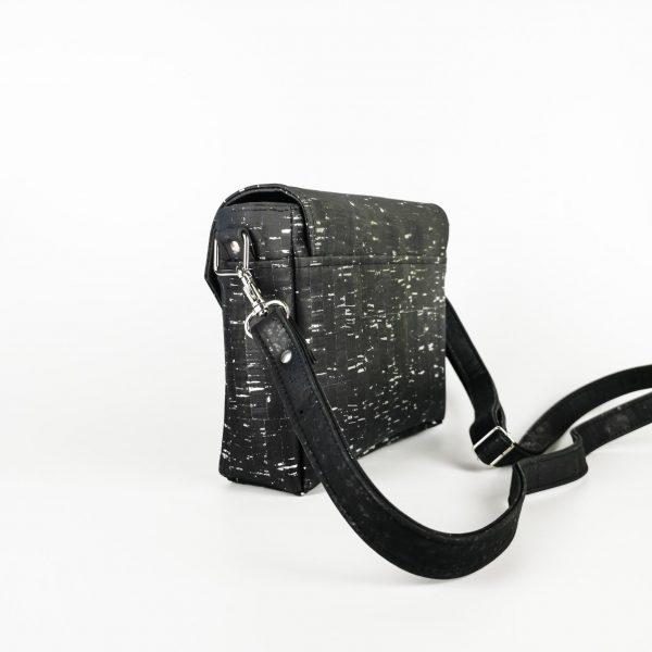 sac à main vegan en liège noir argenté de l'atelier inua avec fermoir cartable