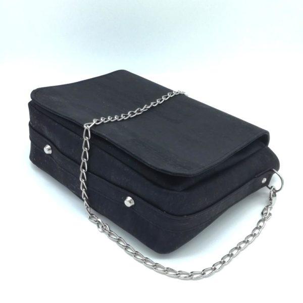 sac à main vegan en liège noir avec chaîne métal de l'atelier inua vue de dessous