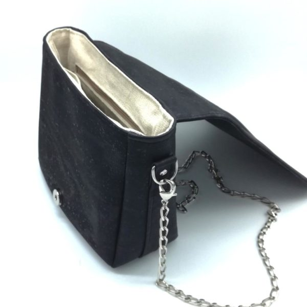 sac à main vegan en liège noir avec chaîne métal de l'atelier inua ouvert