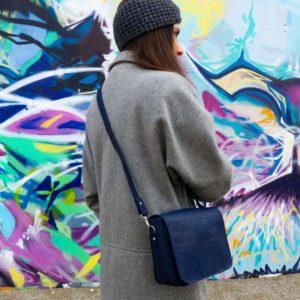 petit sac à main à rabat vegan en liège bleu marine de l'atelier inua avec fermeture aimantée