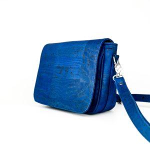 petit sac à main à rabat vegan en liège bleu turquoise de l'atelier inua avec fermeture aimantée
