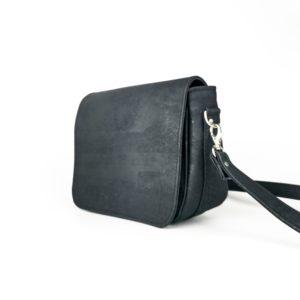 petit sac à main à rabat vegan en liège noir de l'atelier inua avec fermeture aimantée