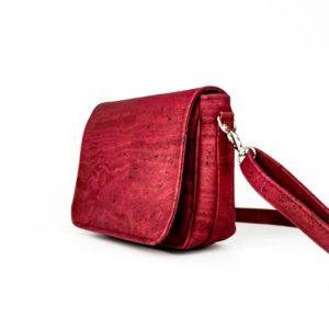 petit sac à main à rabat vegan en liège rouge de l'atelier inua avec fermeture aimantée