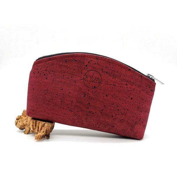 trousse demi-lune vegan en liège rouge de l'atelier inua