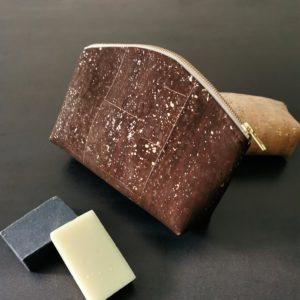 grande trousse zippée demi-lune vegan en liège marron doré doublée lin de l'atelier inua