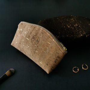 trousse zippée demi-lune vegan en liège naturel doré doublée lin de l'atelier inua